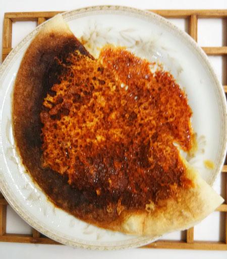 焼くのに失敗したチーズピザ画像