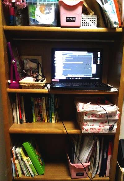 本棚にパソコンを置いて作業スペースに