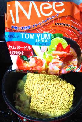 トムヤムラーメン 麺を入れる